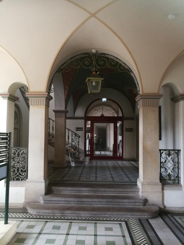 """Eingangsbereich und nach rechts geht es zum """"Restaurant Altes Amtsgericht"""""""